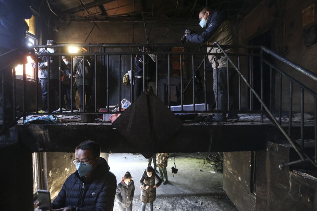 2017年11月18日,北京南五環大興區新建村的聚福緣公寓因電氣線路故障引發大火,導致19人死亡、8人受傷。大火之後的11月26日,北京媒體集體採訪大火現場。