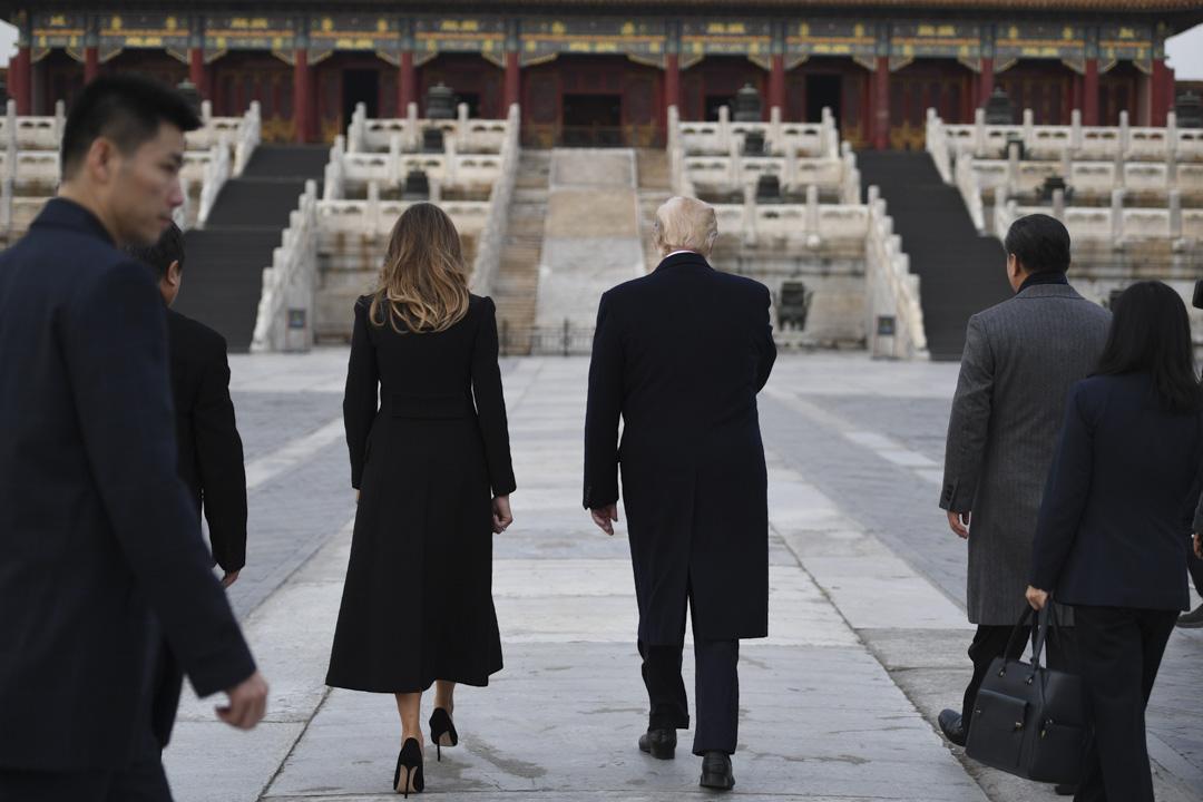 中國自特朗普上台以來一直着重建立在個人層面獲得其好感。從海湖莊園(Mar-a-Lago)的家庭氛圍聚會到紫禁城單獨為特朗普開放,北京一直嘗試以「商人」特朗普為切入點,影響美國整體對華政策。