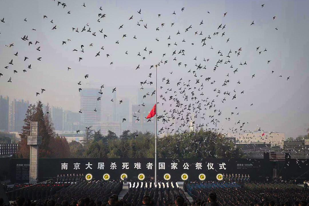 2018年12月13日,南京大屠殺死難者國家公祭日在南京舉行,現場降半旗及放和平鴿。 圖:Imagine China