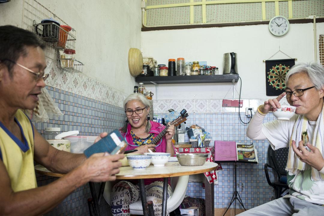 彭日進擅鑽研美食,也喜歡主動跟人聊天。司康和餡餅剛剛出爐,她熱情地招呼路過她家的村民進來品嚐。