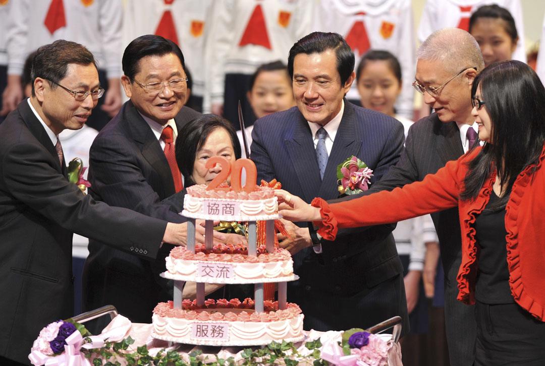 2011年3月9日,海基會董事長江丙坤與總統馬英九等人出席海基會成立20週年慶祝大會。