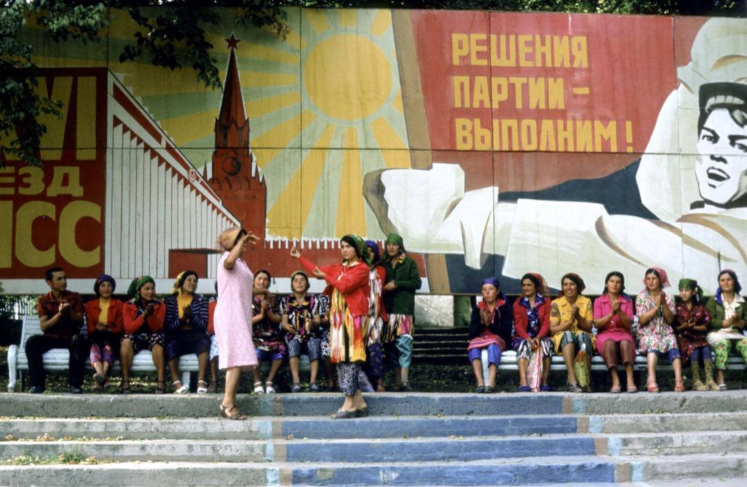 史達林在1938年為了「蘇聯大家庭的融合」,規定俄語為各級學校的授課語言,並改用西里爾字母拼寫中亞各國語言。