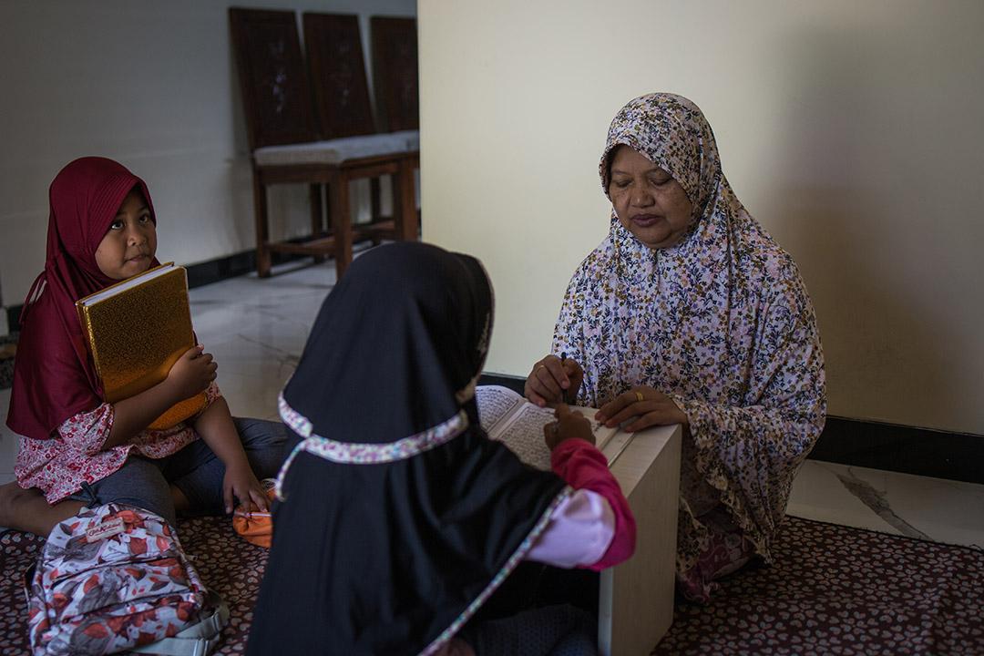 採訪結束後,Jrsmin一改受訪時的急促和焦慮語氣,終於沈靜下來,坐在地上指導鄰居女孩朗讀可蘭經。