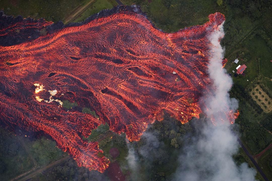 2018年5月6日,美國夏威夷基拉韋厄(Kilauea)火山噴發,熔岩從地面裂縫不斷滲出。當地宣佈進入緊急狀態,疏散約1,700名居民。