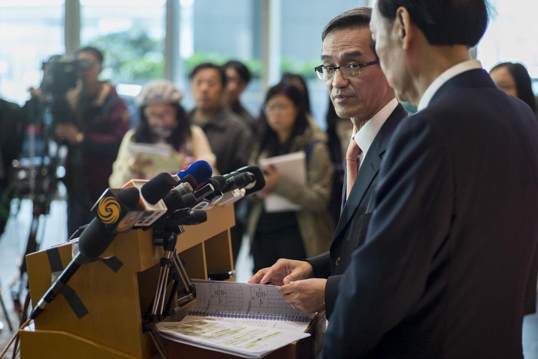 2018年12月31日,土地供應專責小組正副主席黃遠輝及黃澤恩會見記者。 攝:林振東/端傳媒