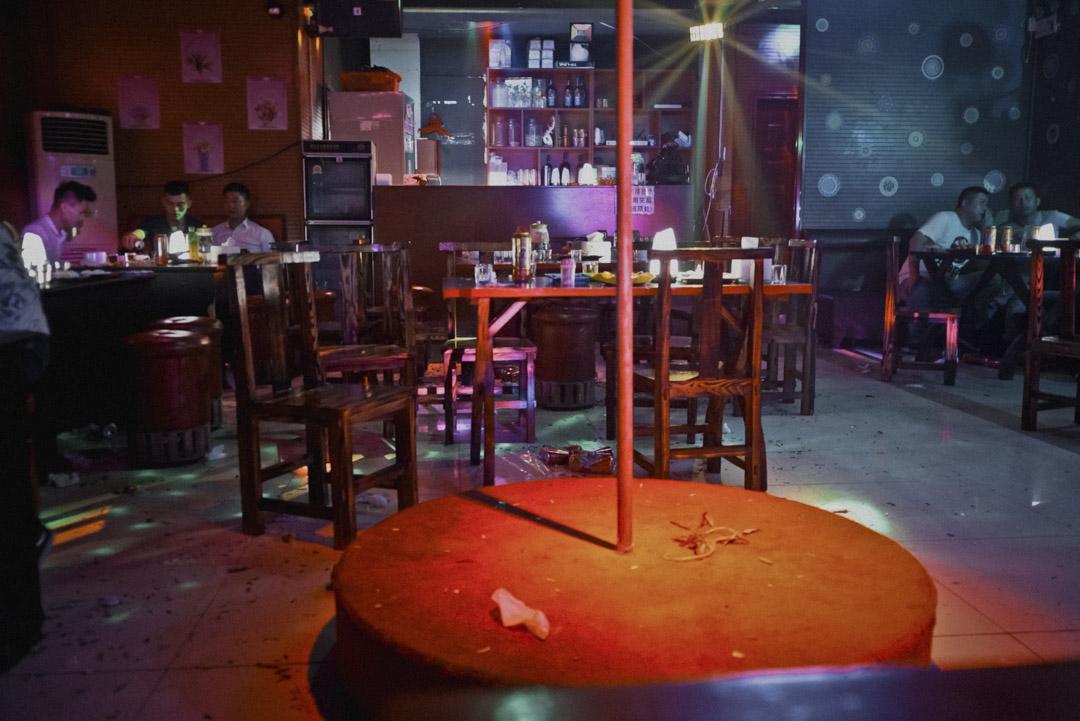 「二樓」去年剛開業的幾個月裏,每到週末都爆滿,現在即使節假有時也坐不滿11張桌子。純愛酒吧的停業,似乎宣告了一個反串演藝酒吧時代的結束。