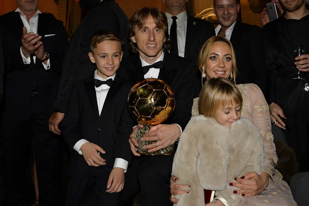 2018年12月3日在法國巴黎,摩迪(Luka Modrić)奪得本年度「金球獎」後與家人合照。 攝:Aurelien Meunier / Getty Images