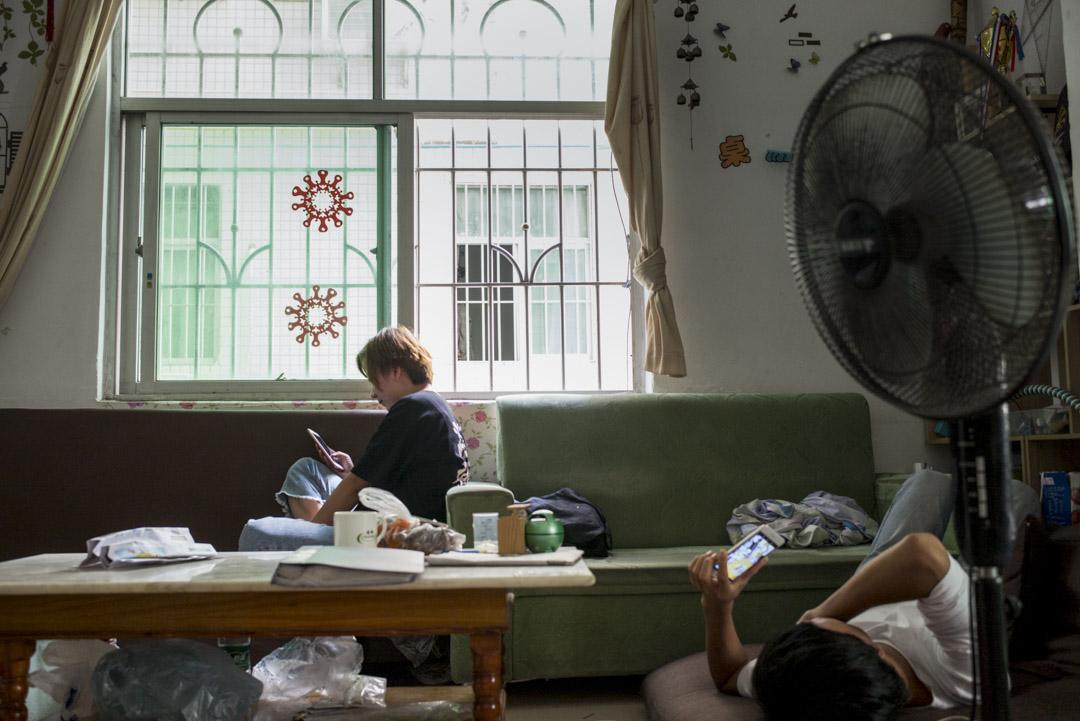 24歲的工人遊莜有三個哥哥,她從小受到的家庭教育,是她和姐姐們要多賺一些錢,幫助哥哥們娶妻生子。家庭讓遊莜感到壓抑,生活在一個性別成見很深的環境裏,她覺得自己得不到重視。