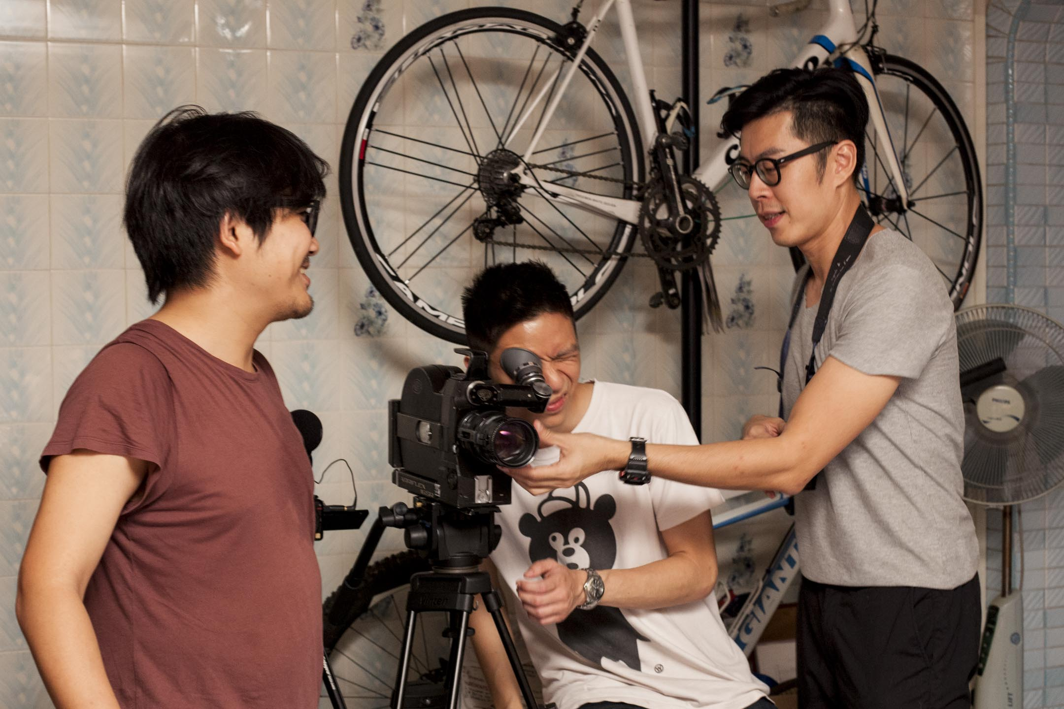 新加坡導演許瑞峰(Daniel Hui) 在《Demons》的拍攝現場。 圖:許瑞峰(Daniel HUI)提供