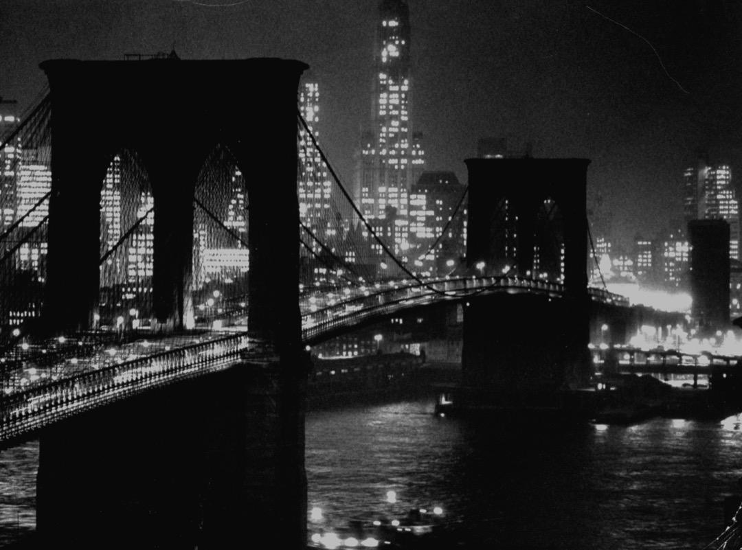 巴尼提到,在他搬到紐約的前幾年裏,每當有愛達荷州的故友來訪時,他總會帶他們夜遊紐約:走上布魯克林橋,爬進安全防護網裏,久久凝視燈火輝煌的曼哈頓。