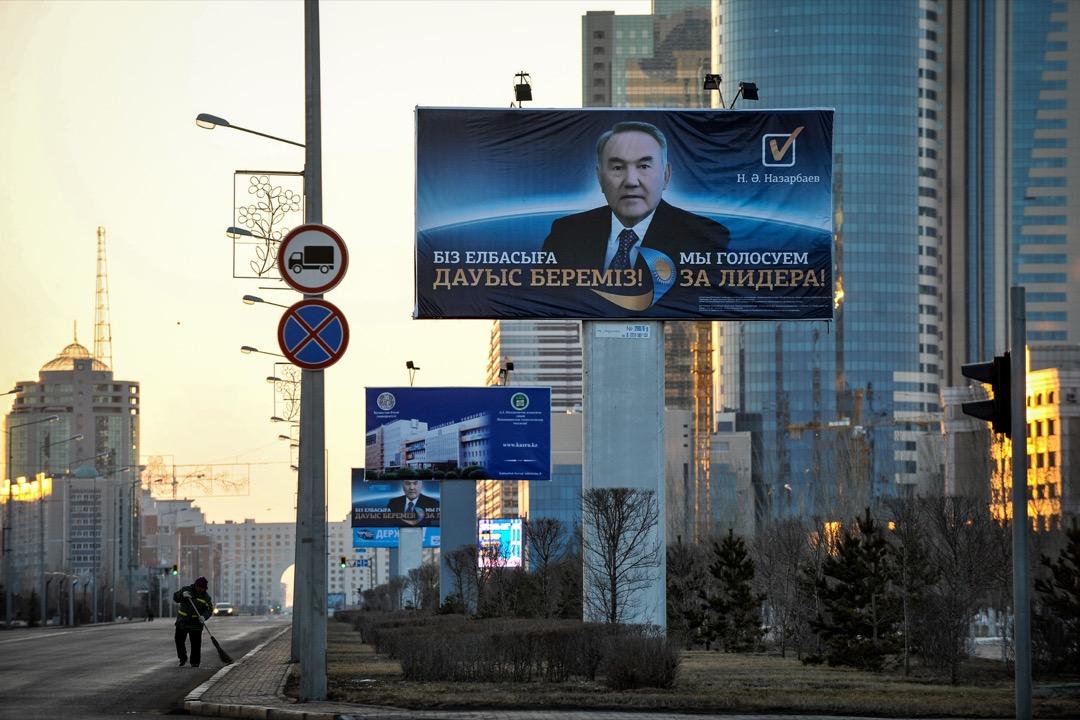 哈薩克相對富裕,沒有大量人口在俄國打工,之所以拉丁化腳步遲緩,主要是因為境內的俄裔人口實在太多。圖為哈薩克總統納扎爾巴耶夫的一張選舉海報,上面用上西里爾字母。