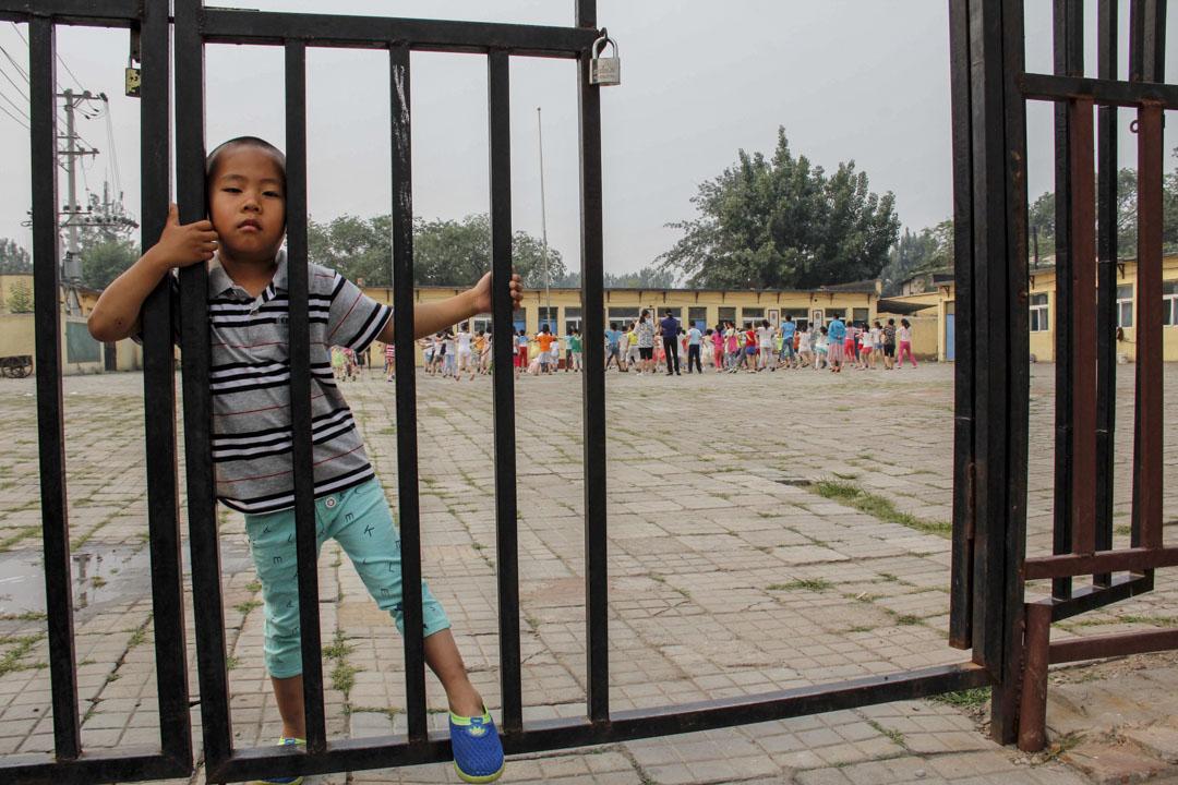 要有流動的兒童、有沒有學上的孩子以及回不去的孩子,打工子弟學校就永遠有生存的需求。圖為2015年,北京石景山區一所農民工子弟學校。