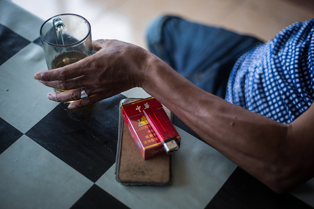 中國工人王磊叼著他的鄉愁,在山嵐中悠悠吐著雲霧——那是被稱為「國煙」的中華香煙。