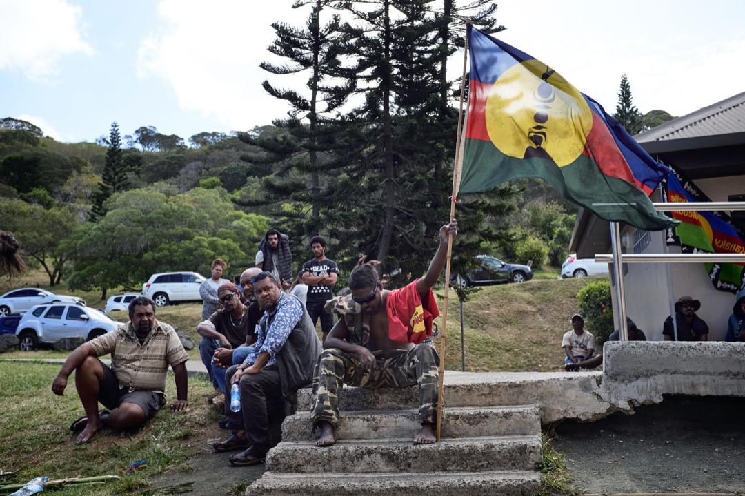 有學者卻批評,無論是《努美阿協議》、憲法第13章或相關組織法,都沒有明文提及新喀多尼亞具有自治權,法國憲法委員會對此問題亦界定模糊。這種不明確的自治權,也造成新喀里多尼亞民眾對未來有所懷疑。