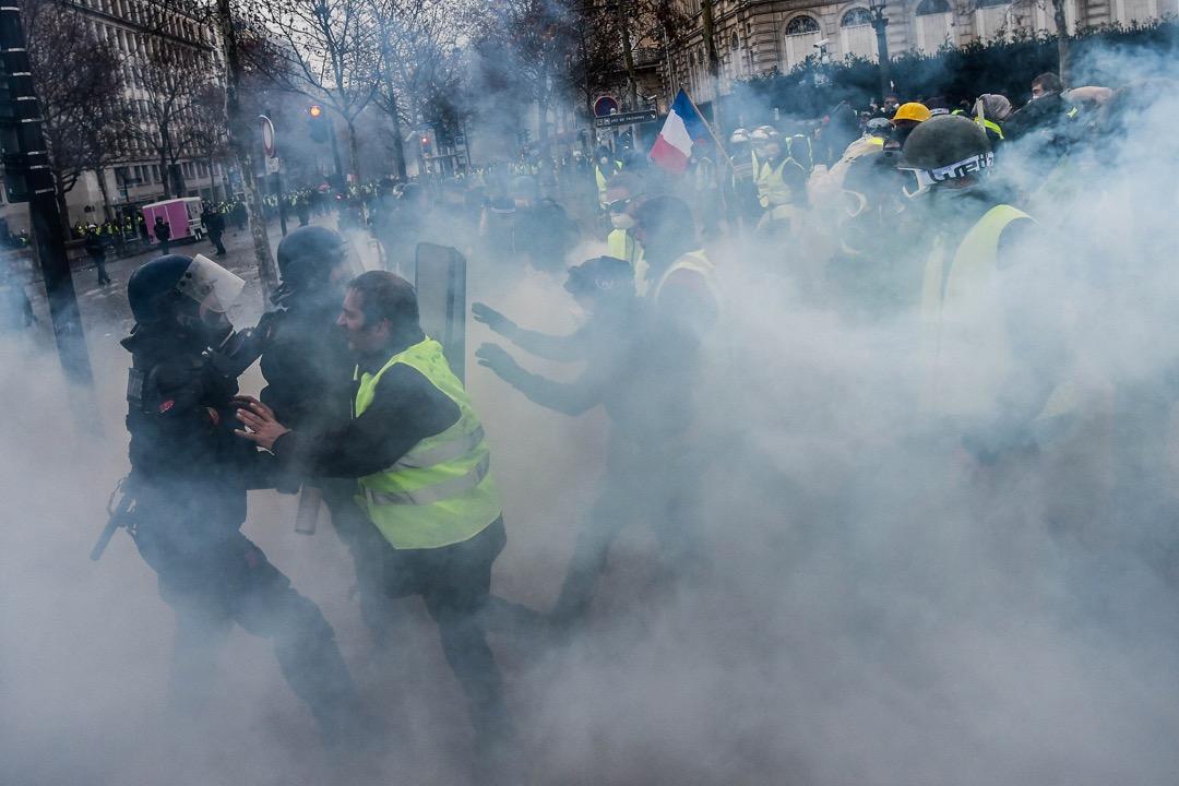 示威者與防暴警察在香榭麗舍大街發生衝突。