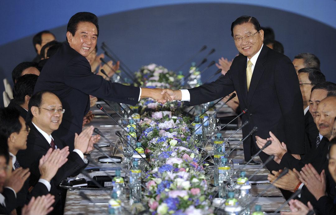 2008年11月4日,中國大陸海協會會長陳雲林訪問台灣,與海基會董事長江丙坤相互握手致意,讓媒體拍照。