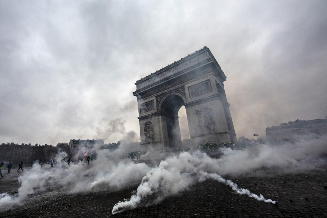 2018年12月1日,防暴警察在凱旋門一帶發射催淚彈驅散示威者,現在濃煙密佈。