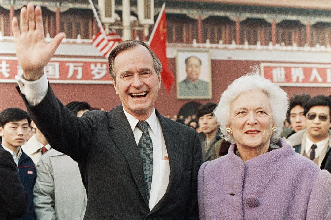 """對中國人來說,老布殊是名副其實的""""中國人的老朋友""""。他是戰後唯一有親身中國經歷的總統,經常和夫人芭芭拉一道在北京踩自行車走遍大街小巷,對中國普通人民有深厚的感情。圖為1989年2月,老布殊與夫人芭芭拉到訪中國。 攝:Doug Mills/AP"""