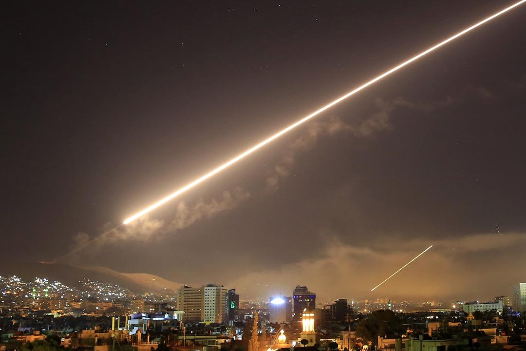 2018年4月14日,敘利亞首都大馬士革上空亮起一道火光,相信是美國向敘利亞發射的多枚導彈之一。亦有消息引述,大馬士革傳出多下爆炸聲,多處地方著火,冒出濃煙。