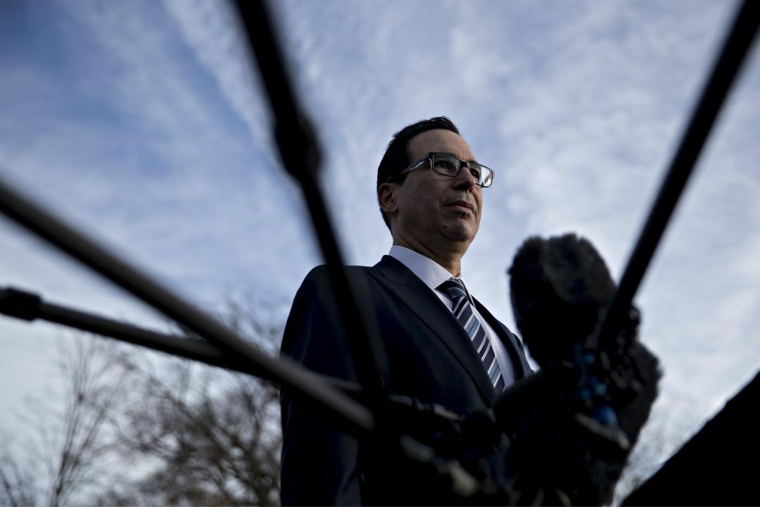 12月3日,美國財政部長姆努欽(Steven Mnuchin)在白宮外接受媒體採訪。 攝:Andrew Harrer/Getty Images