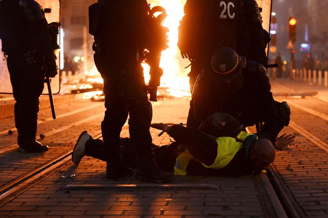 2018年12月8日,防暴警察在法國西南部波爾多拘捕一名示威者。