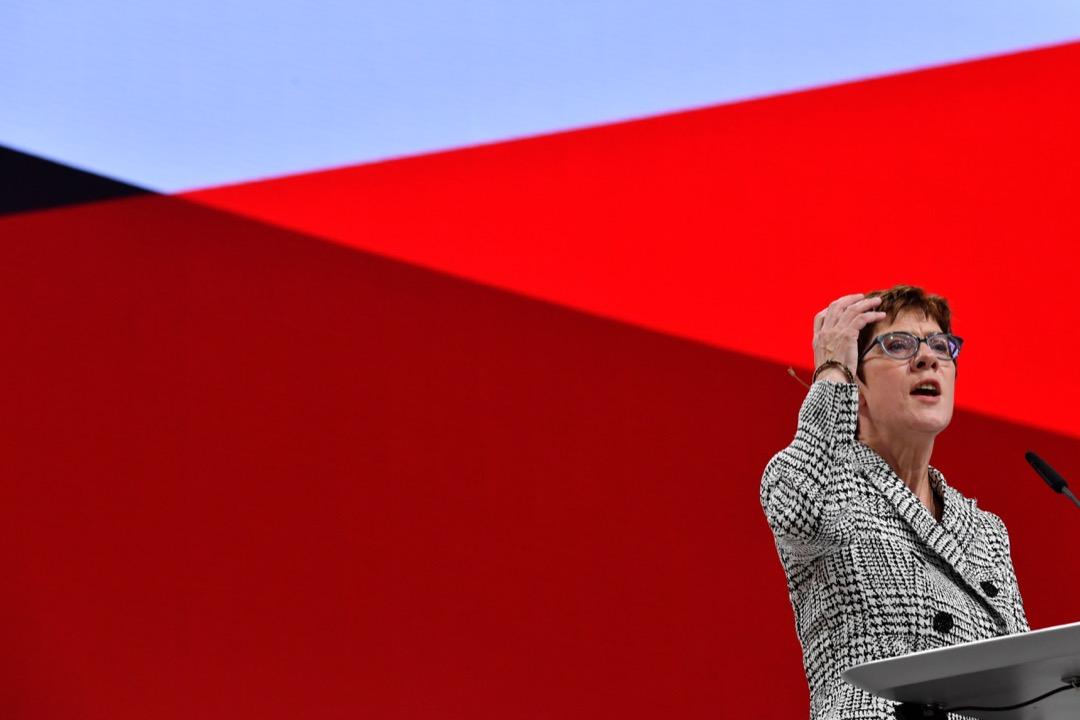 2018年12月7日,德國執政黨之一的基督民主聯盟在漢堡舉辦黨代表大會,進行新一輪的黨魁選舉,選出卡倫鮑爾(Annegret Kramp-Karrenbauer)為下一任黨魁。  攝:John MacDougall/AFP/Getty Images