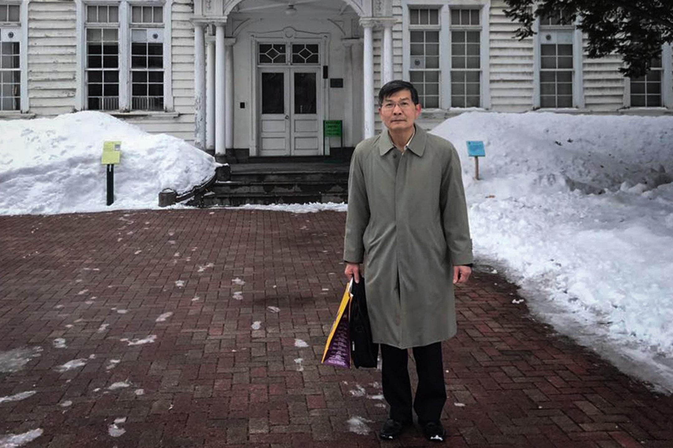 前中華民國駐大阪辦事處處長蘇啟誠於2018年年9月14日,被發現自縊身亡,享壽61歲。圖為2017年2月,蘇啟誠在日本北海道拍照留念。 圖片來源: 蘇啟誠Facebook