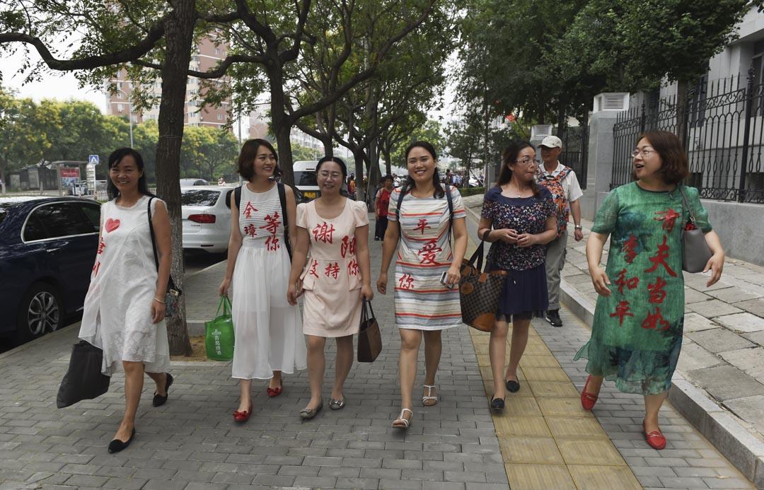 2016年7月4日,「709家屬」、維權律師的妻子們,穿上印有被捕丈夫名字的衣服離開最高人民檢察院。