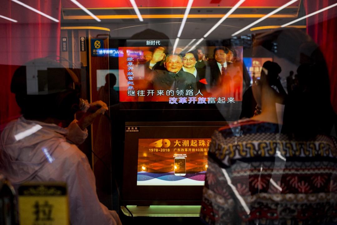 「大潮起珠江――廣東改革開放40週年展覽」內,有一個「唱紅歌」的卡拉ok房提供給客人選擇紅歌來演唱。 攝:林振東/端傳媒