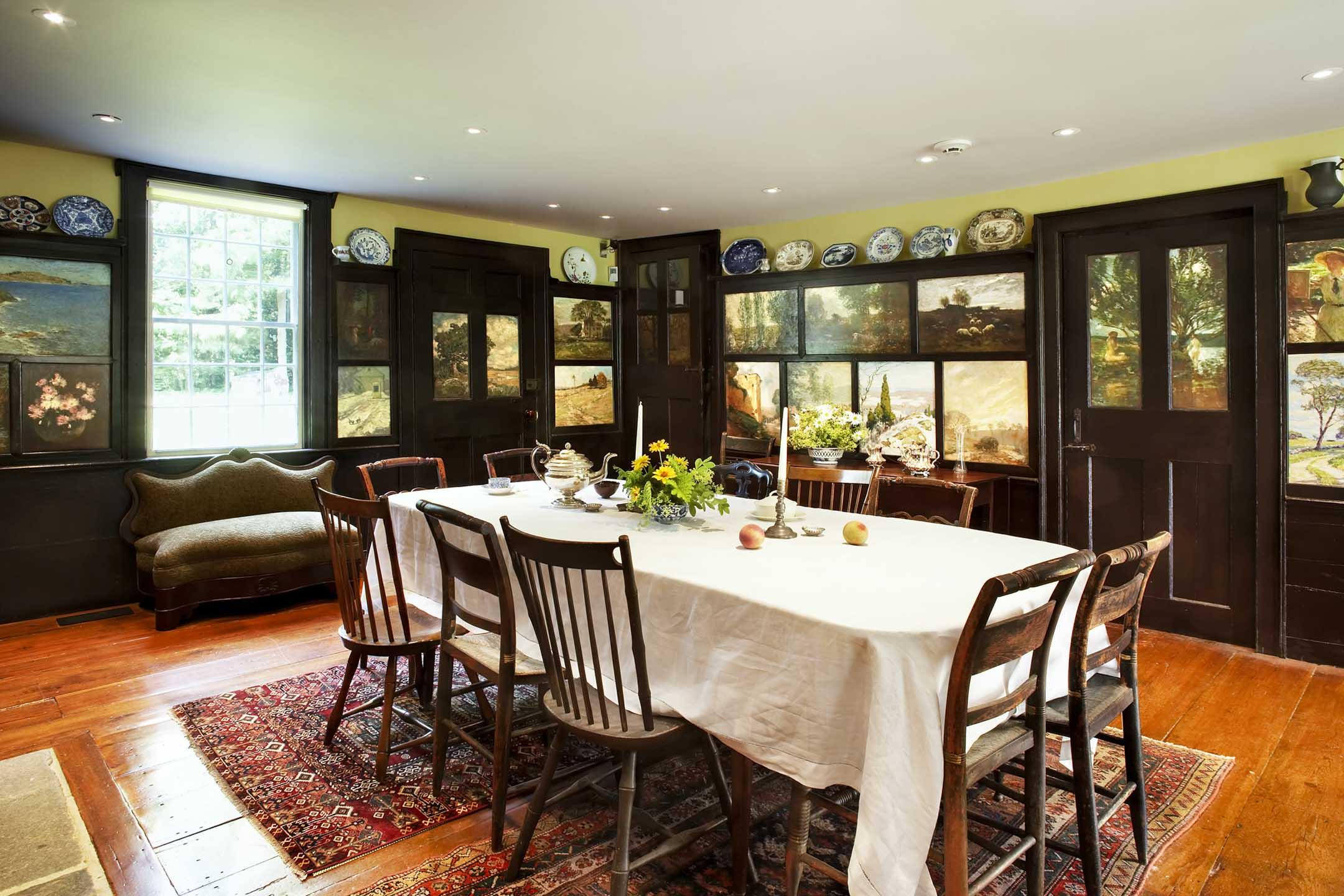 弗洛倫斯小姐的餐廳,牆壁和門板上被藝術家們畫滿了油畫。 圖:提供Florence Griswold博物館提供