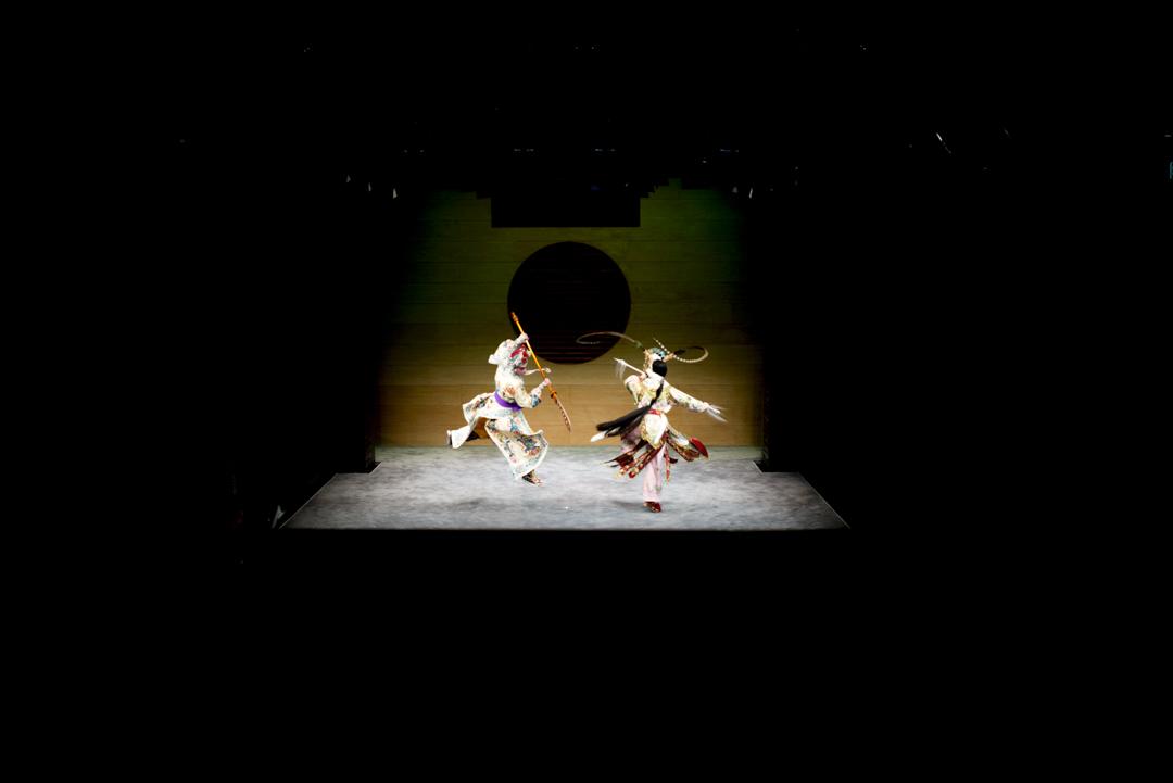 茶館劇場,摺子戲《狄青與雙陽宮主之追夫》(選段),表演由演員譚穎倫、陳禧瑜領銜。