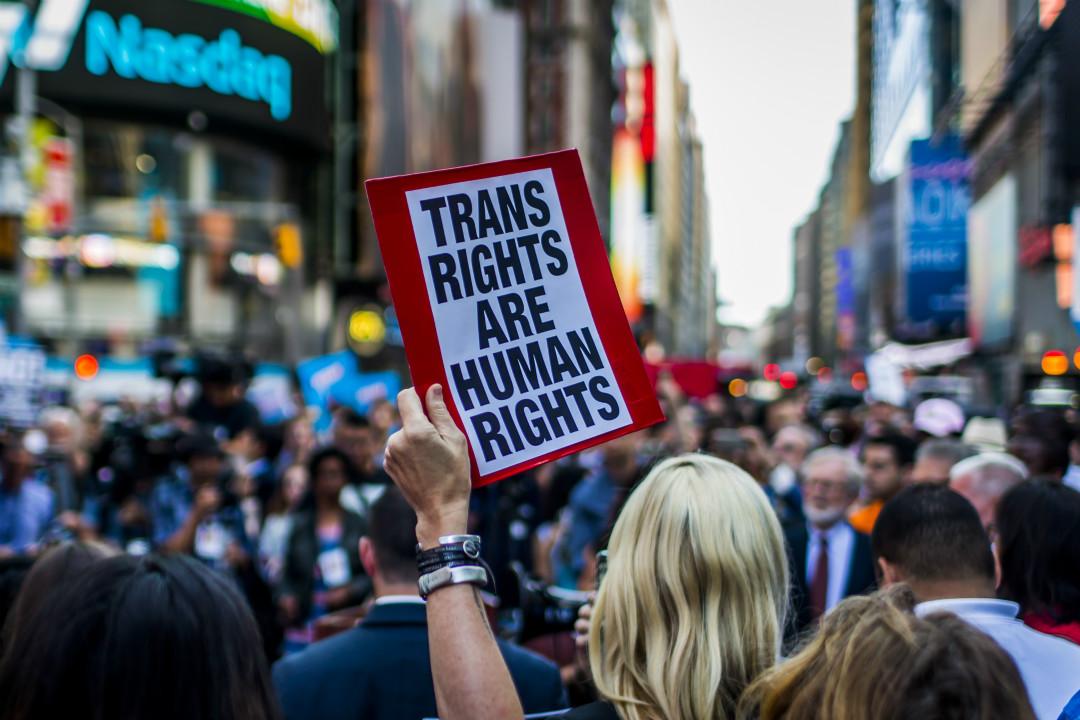 2017年7月26日,紐約時報廣場,美國民眾遊行,抗議特朗普限制跨性別人士參軍的命令。 攝:Michael Nigro/Getty Images