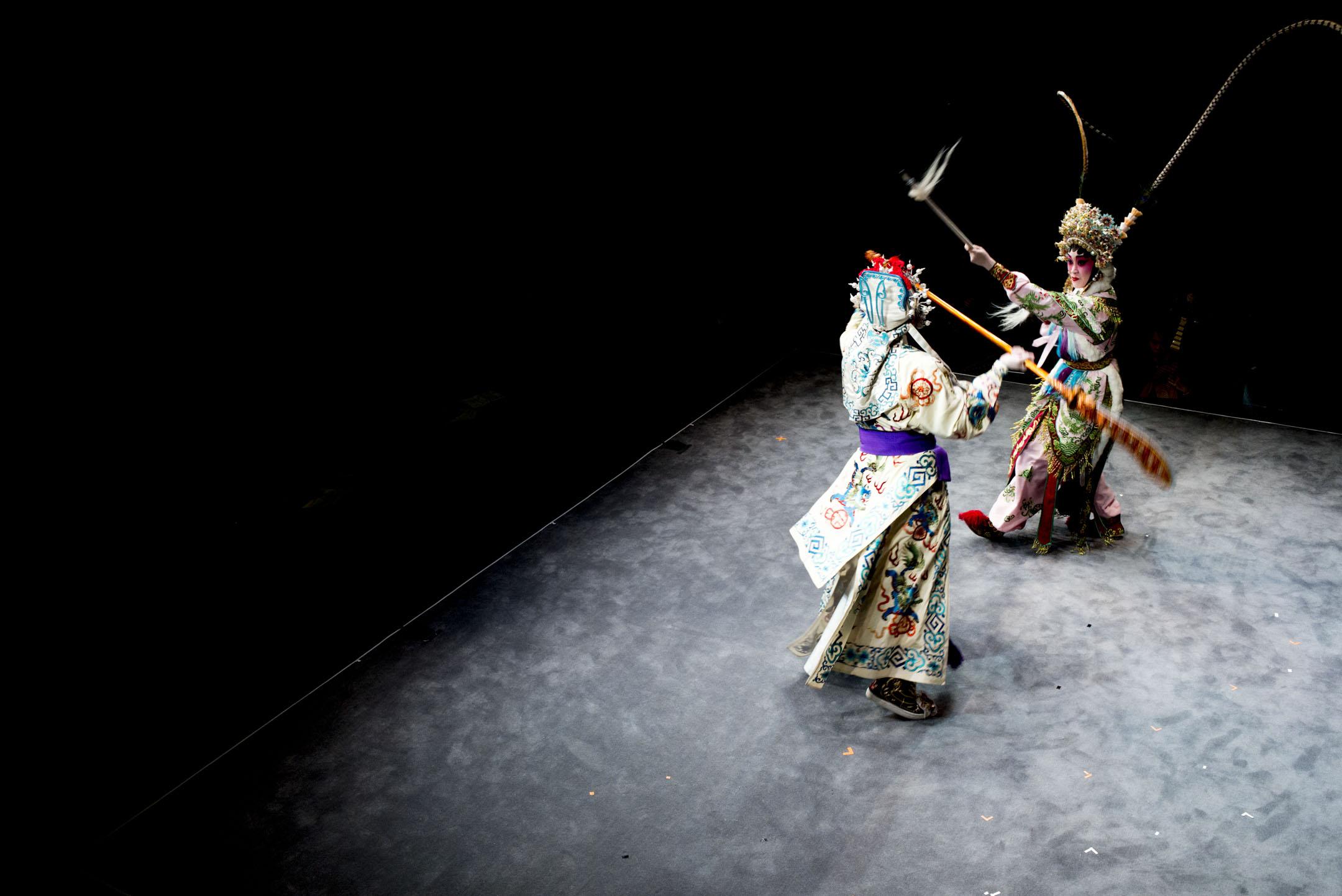 歷時八年的戲曲中心終於開幕,位於二樓的茶館劇場上演折子戲《狄青與雙陽宮主之追夫》。 攝:林振東/端傳媒