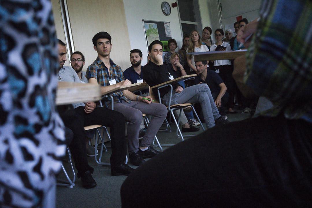 德國聯邦政府在2015年底宣布,撥出4年共1億歐元(約台幣35億1524萬元)經費,由國內大學提供免費大學預備課程(Studienkolleg)、難民融合課程,大學申請費也全額抵免。