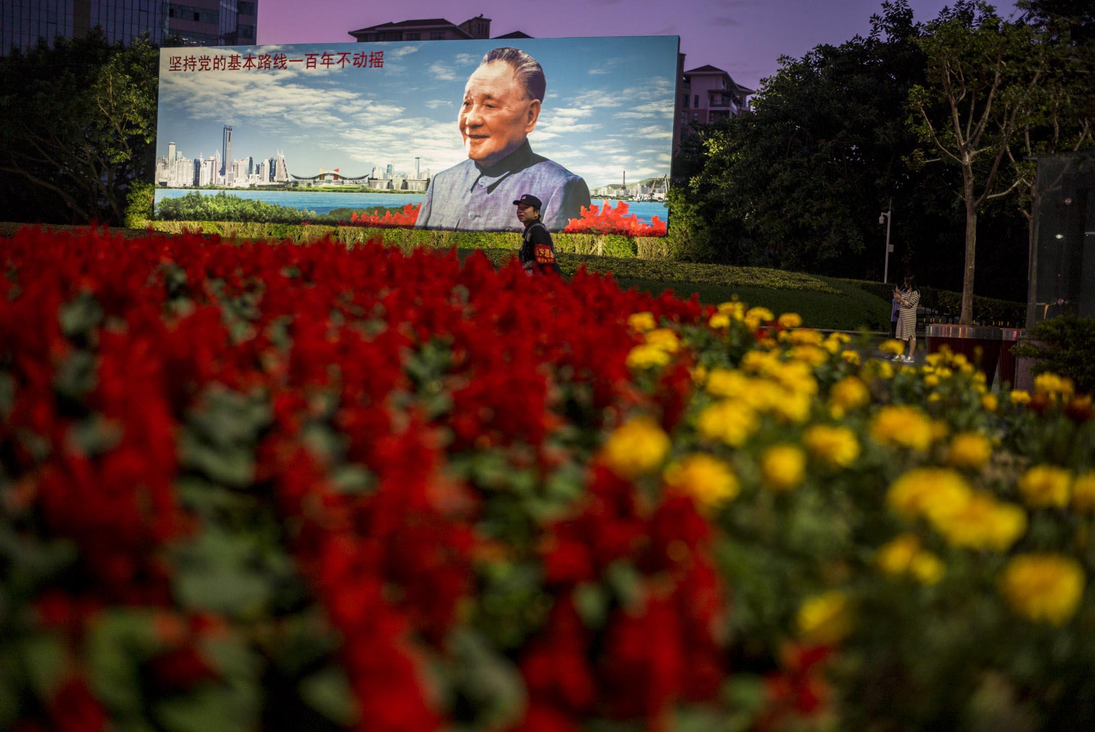 鄧小平巨型畫像位於深圳荔枝公園東南口廣場,始建於1992年6月28日,畫像迄今為止更換了4個版本,是見證深圳改革開放40年發展歷程的重要地標。 攝:林振東/端傳媒