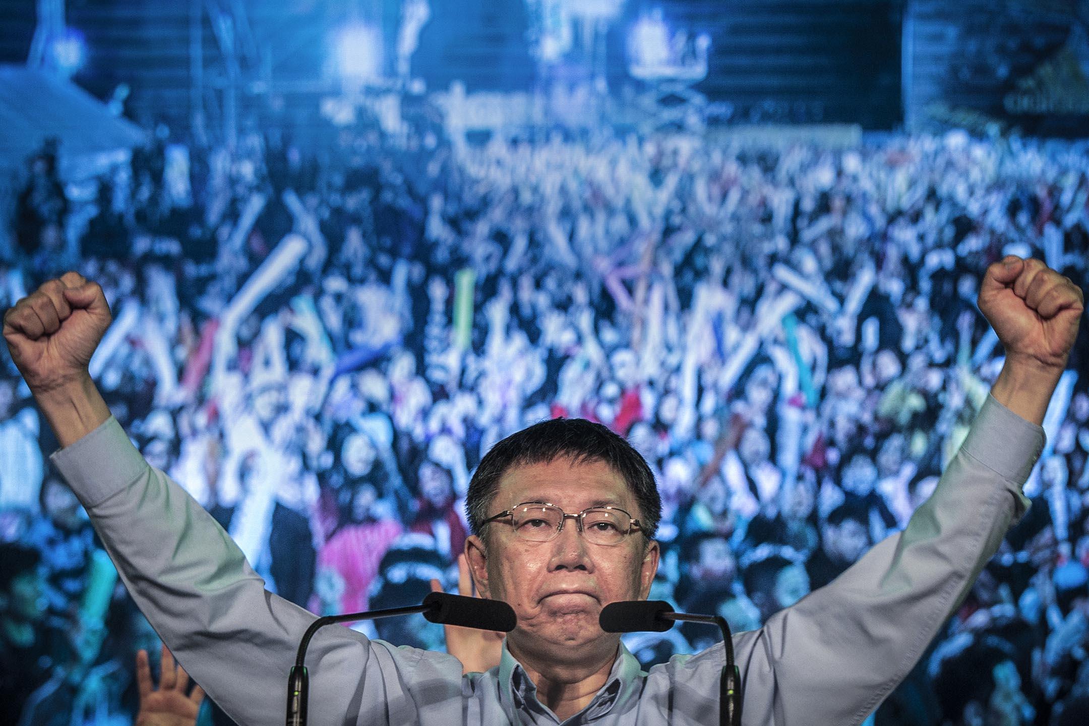 尋求連任的台北市長柯文哲確定以3254票,小於千分之三的得票差距擊敗國民黨提名的丁守中,連任台北市長。 攝:陳焯煇/端傳媒