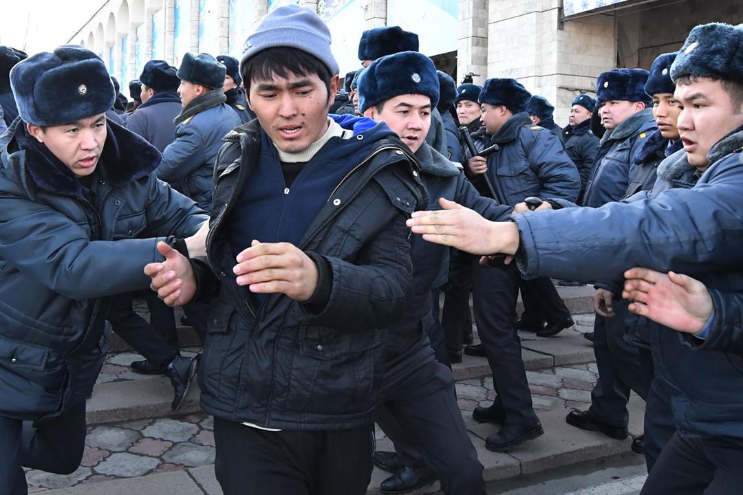 吉爾吉斯斯坦首都比什凱克於當地週四(17日)爆發大規模反華示威,抗議中國政府在當地推行「債務外交」及擴張影響力。 攝:Vyacheslav Oseledko / AFP / Getty Images