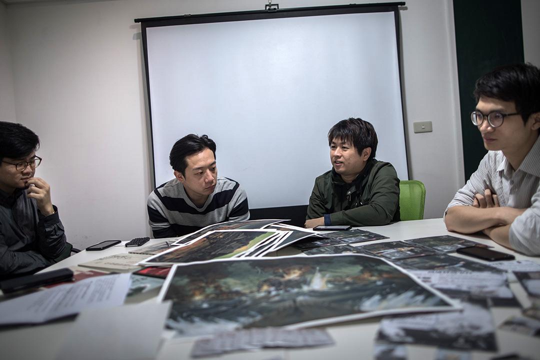 《高雄大空襲》製作團隊,包括(左起)繪師諾米、美術設計師賴柏燁、迷走的創辦人兼遊戲製作人張少濂、設計師鄧傑民。