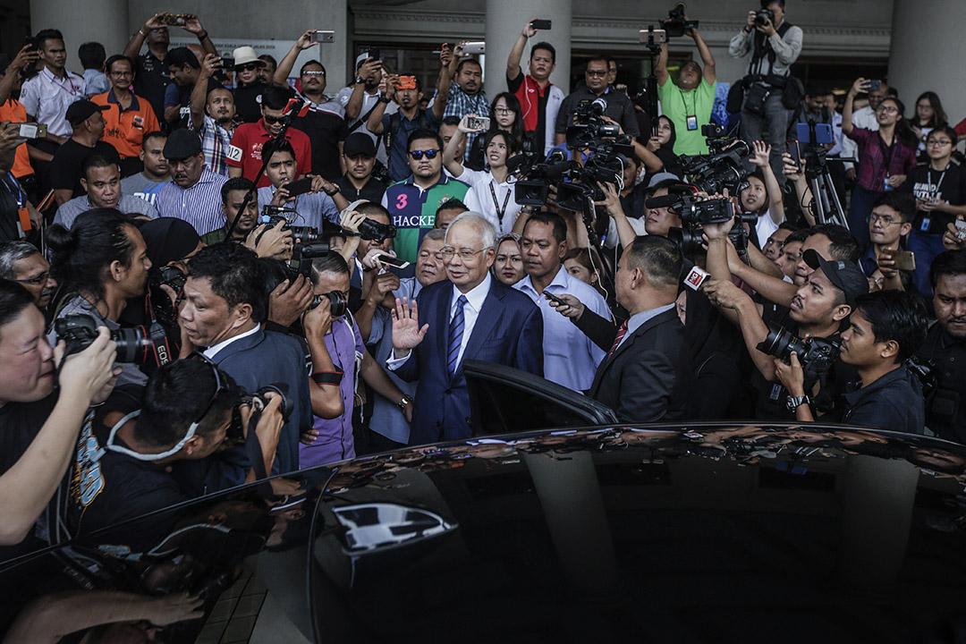 會議紀要顯示,中國官員向訪華的馬來西亞官員表示,中國將利用自身影響力,爭取讓美國等國停止對時任馬來西亞總理納吉布(Najib Razak)的盟友和其他人涉嫌侵吞基金資產的指控進行調查。圖為2018年12月12日,馬來西亞吉隆坡,納吉布在接受傳訊後離開法院。 攝:Fazry Ismail/EPA via Imagine China