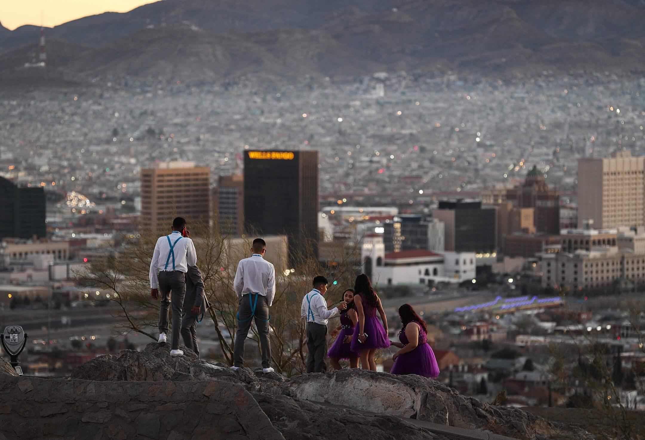 美國德州,數名學生在埃爾帕索市高處遠觀對岸墨西哥的華雷斯城。 攝:Joe Raedle/Getty Images