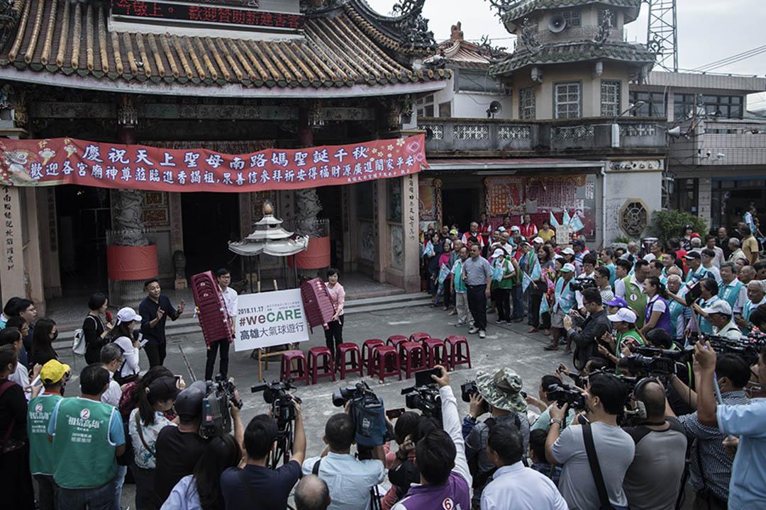 在台灣,年輕組別主要看視像新聞的比例最高,但跟最年長一群比較,百分比也非常接近。圖為2018年11月16日台灣高雄市長候選人陳其邁的記者會。