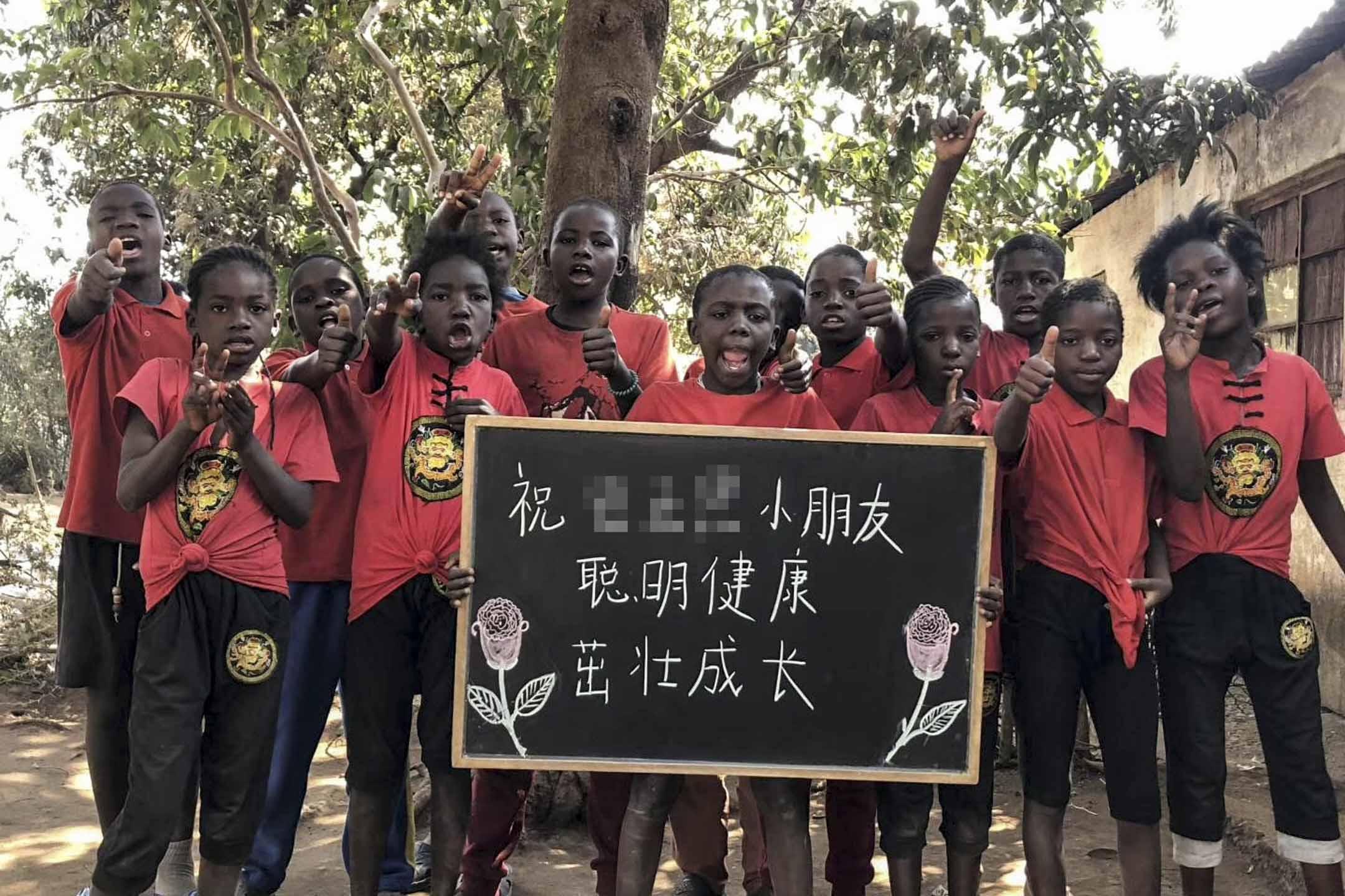 中國大陸近幾年興起的「非洲小孩舉牌喊話」產業,視頻中的非洲孩子們則操著生澀的普通話,舉牌向觀眾傳達祝福或宣傳。 網上圖片經後期處理