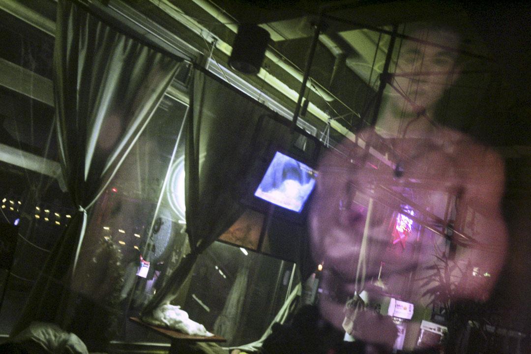 社會歧視讓男同志之間難以建立固定伴侶關係,亦阻礙他們獲得性健康和愛滋病防治方面的支援。圖為北京的同志酒吧,一名男子的肖像被反映在玻璃窗上。