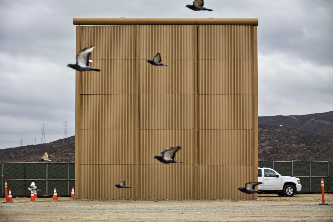 2017年10月,特朗普動用國土安全部資源,在加州城市聖地牙哥興建數個30呎高的美墨邊境圍牆樣板,圖為其中一個圍牆樣板。