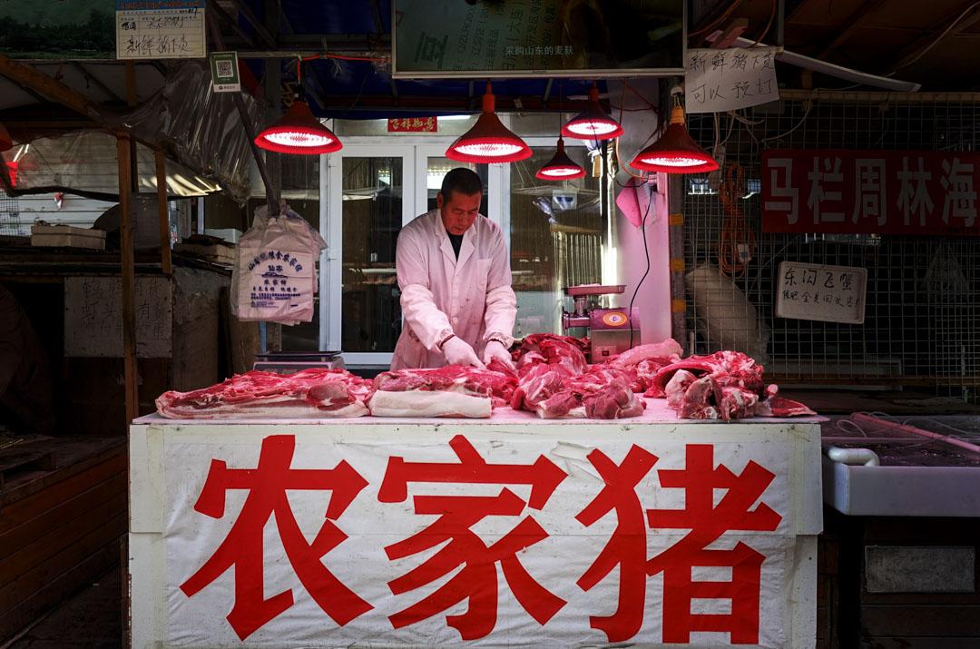 中國是豬⾁生產和消耗大國,每年消費580萬噸豬肉。圖為2018年10月13日,遼寧一個豬肉檔,受非洲豬瘟疫情影響,生意下降。