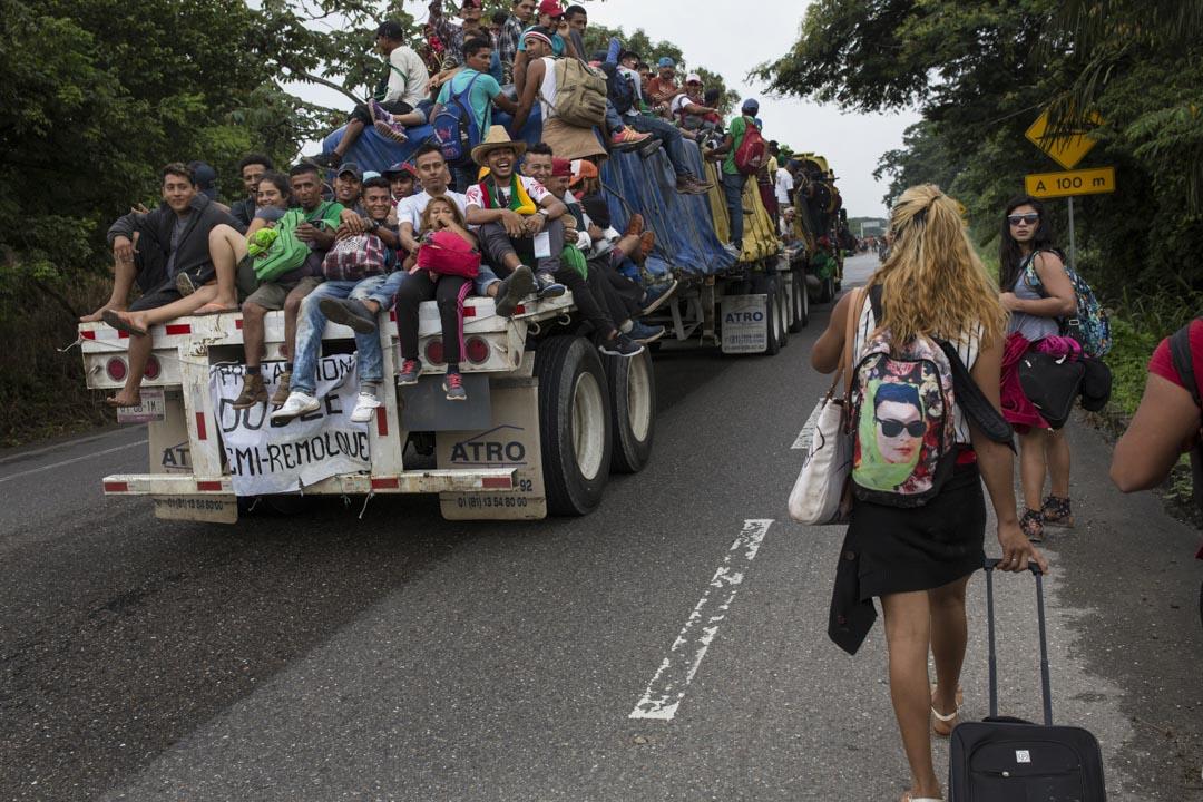 搭順風車前往多納吉的中美洲移民對著在路邊行走的LGBT群體發出嘲笑的噓聲。