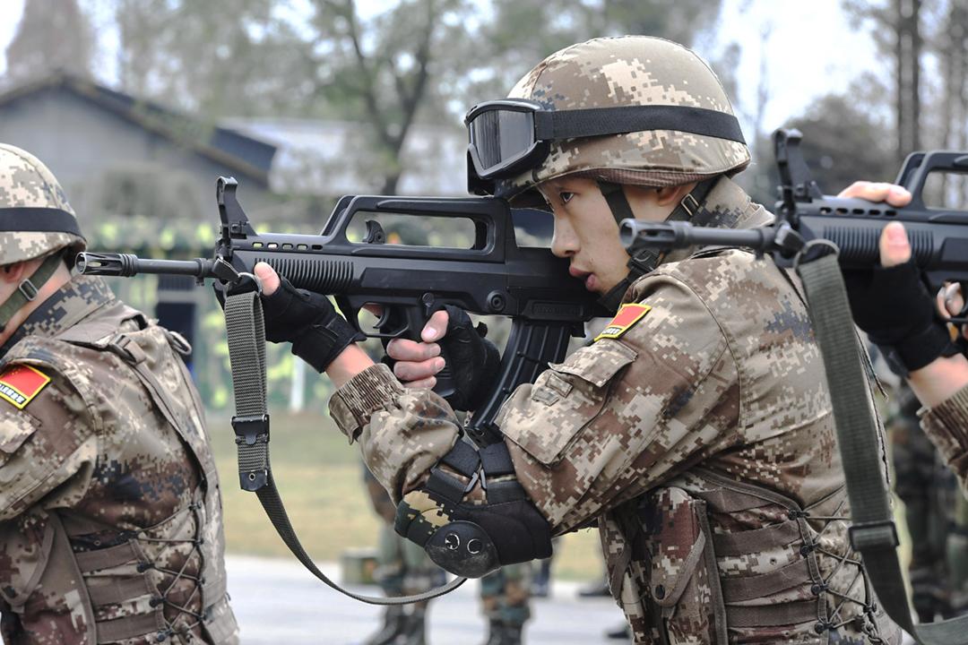 美國國防情報局發表中國軍力報告,指中國為實現兩岸統一而持續擴張軍力、推動解放軍現代化。圖為2018年12月11日,一名解放軍士兵參與中印聯合反恐演習。 攝:An Yuan / China News Service / VCG via Getty Images