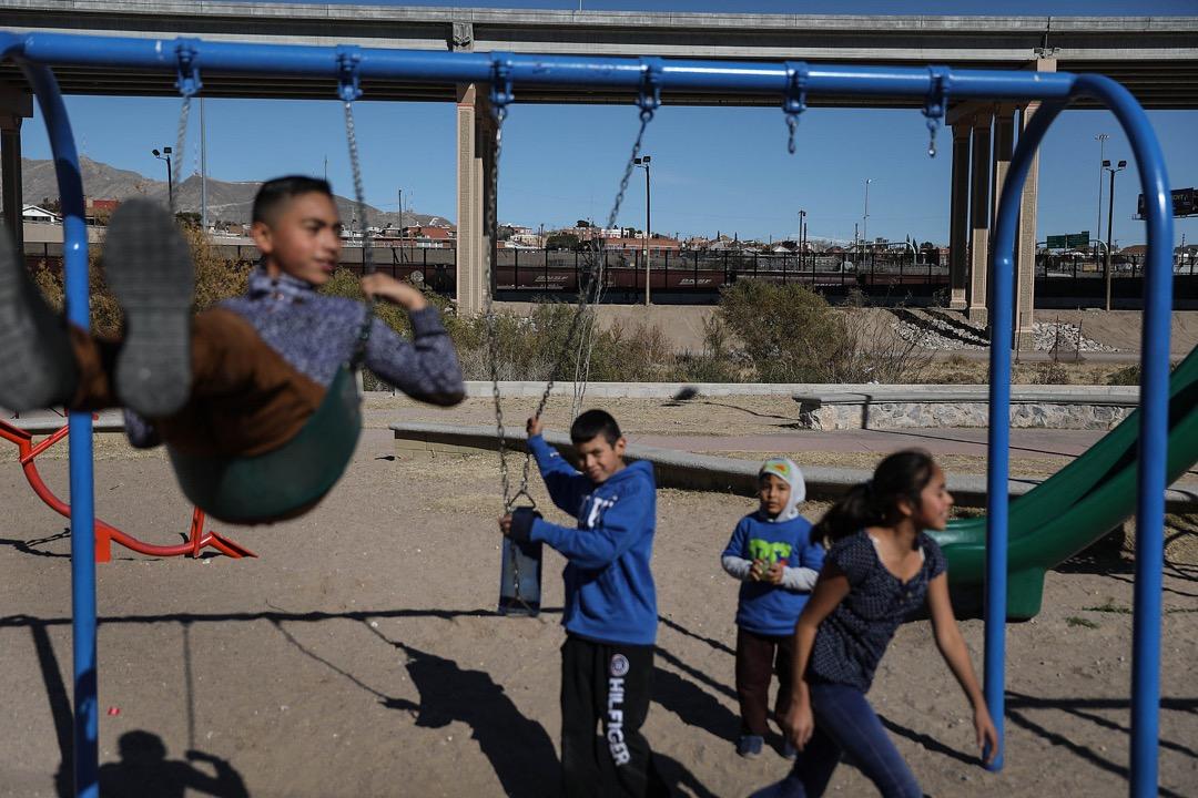 墨西哥邊境城市華雷斯城,小孩在公園裏盪韆鞦。