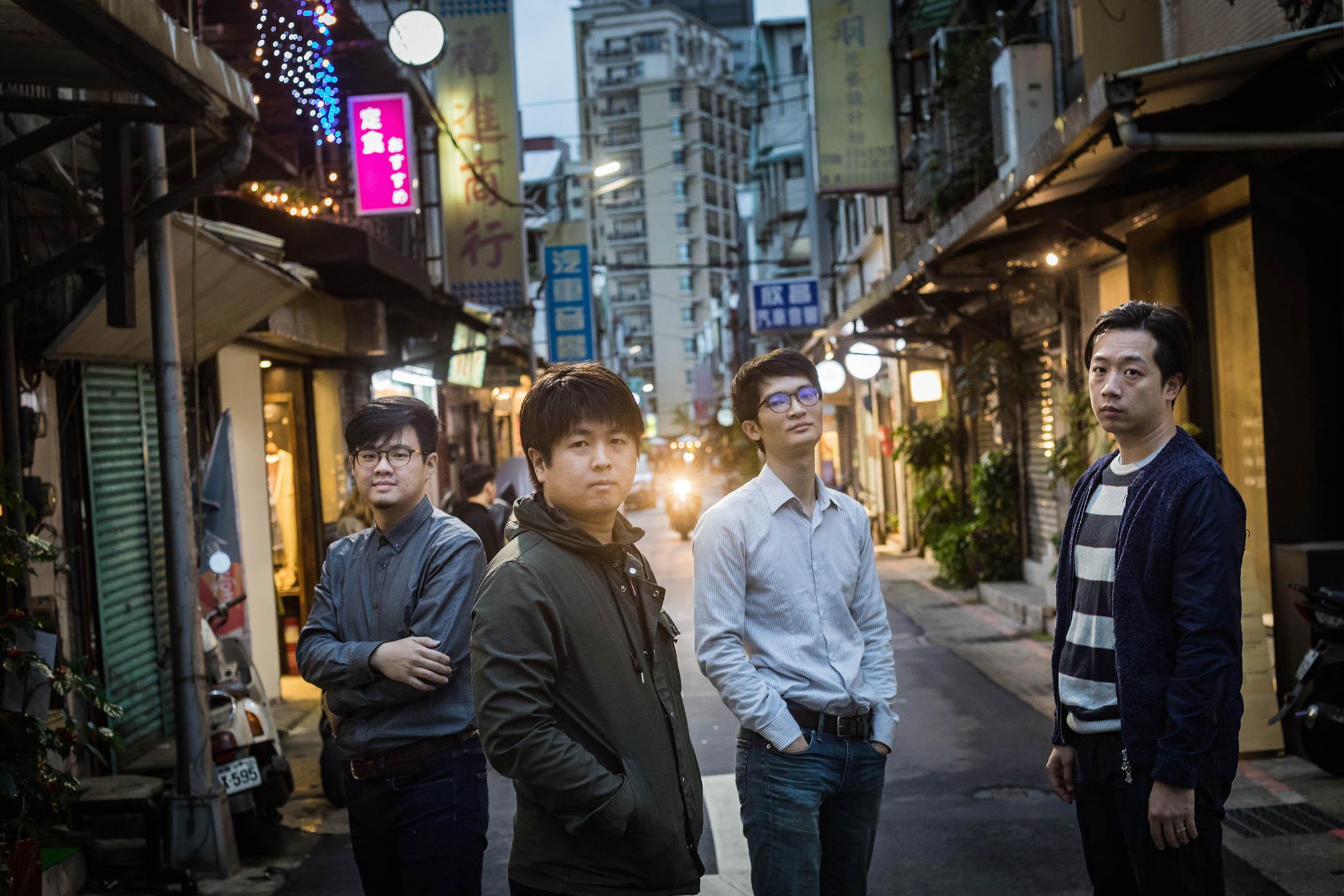 《高雄大空襲》製作團隊,包括(左起)繪師諾米、迷走的創辦人兼遊戲製作人張少濂、設計師鄧傑民,以及美術設計師賴柏燁。 攝:陳焯煇/端傳媒