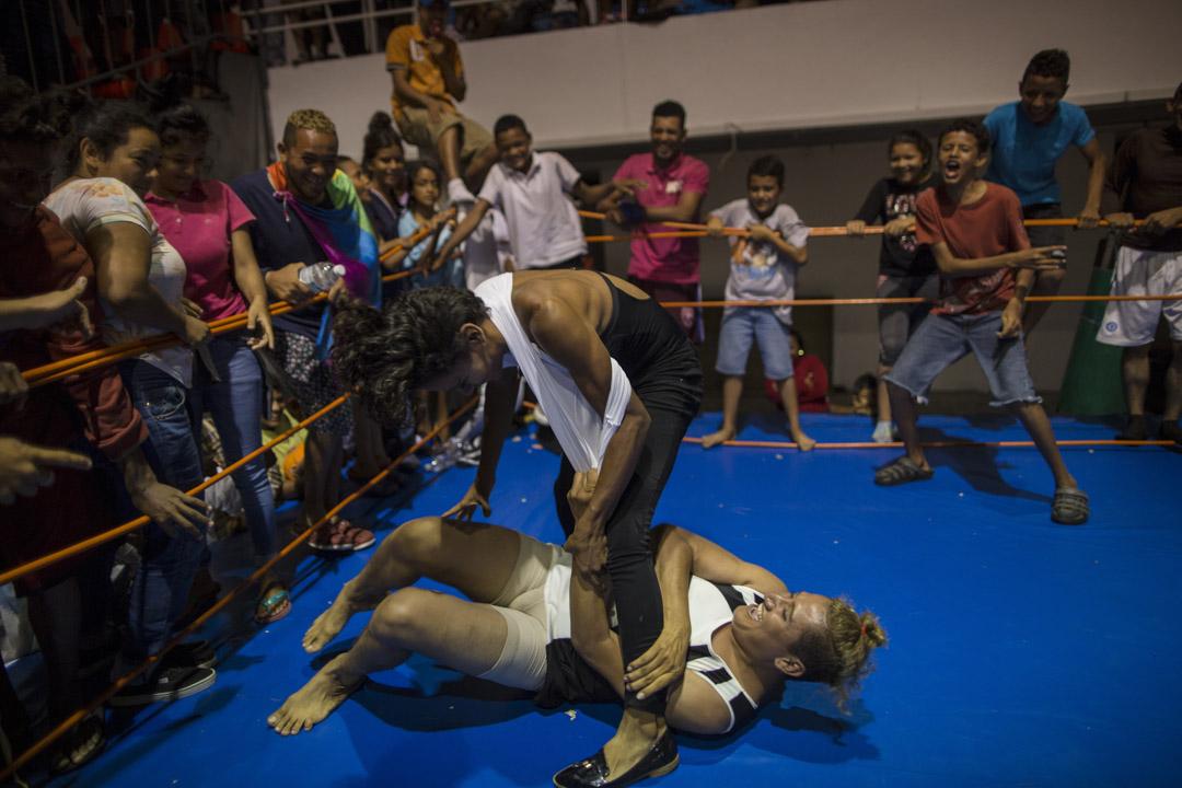墨西哥城,來自尼加拉瓜的Sinai Cortez和來自洪都拉斯的Estrellita在臨時避難點玩起了摔跤,以緩解在北上途中遭遇的歧視壓力。